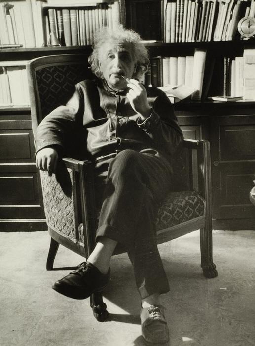 Немецкий физик Альберт Эйнштейн без носков. | Фото: s00.yaplakal.com.